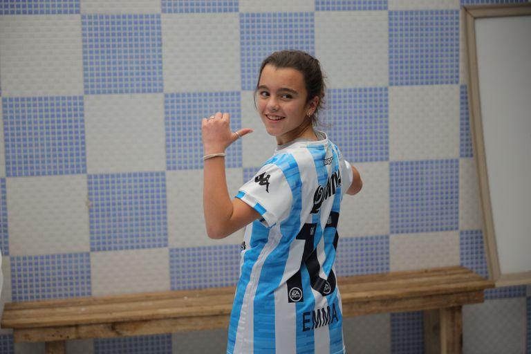 Emma Rodriguez, feliz, con la camiseta que le regalaron las jugadoras de Racing