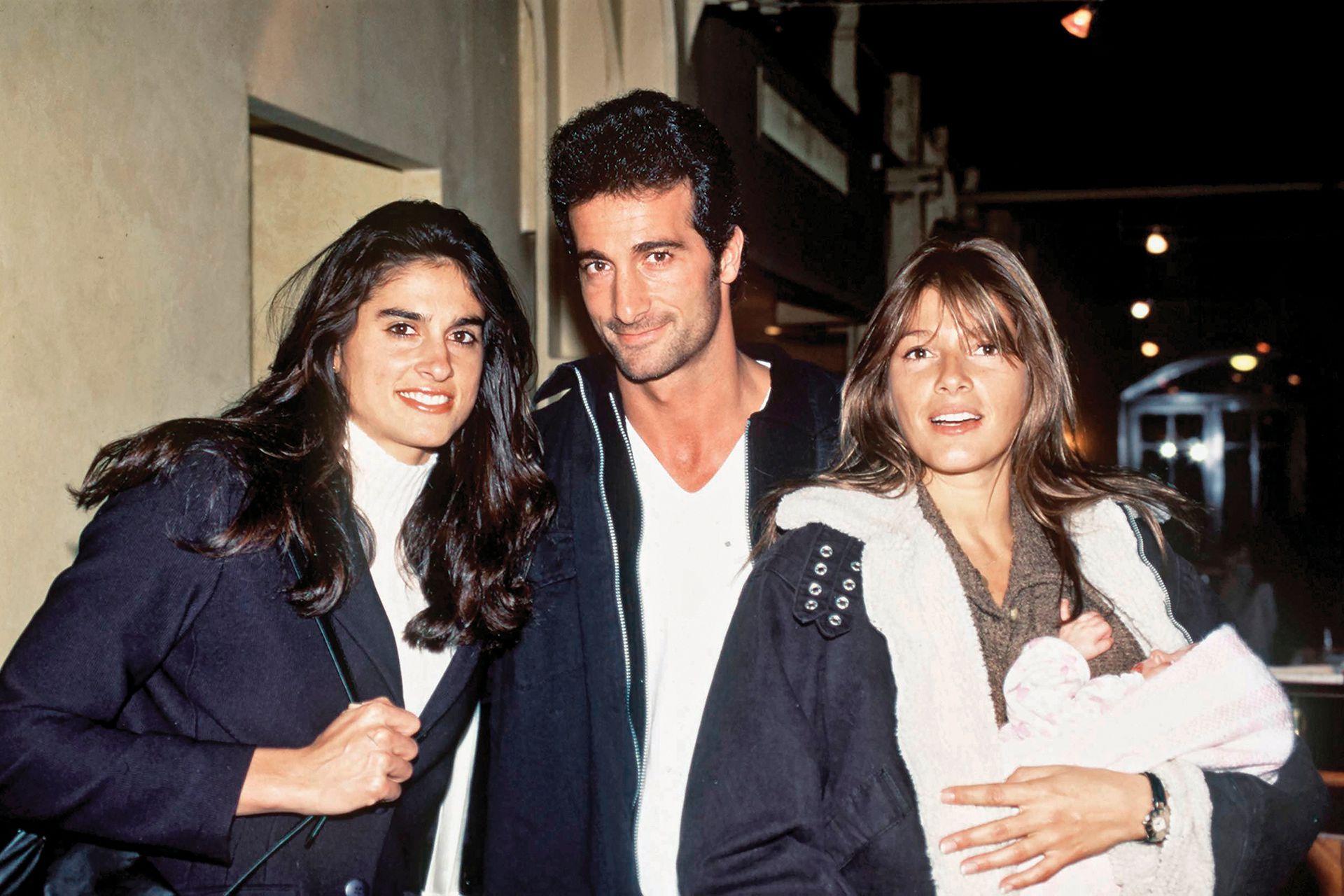 Una tía orgullosa: con su hermano, Osvaldo, y su cuñada, Catherine Fulop, que sostiene en brazos a la pequeña Oriana, en 1996