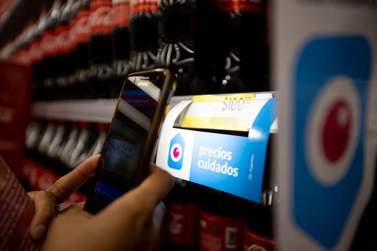 Integrantes de movimientos sociales controlan los Precios Cuidados en el supermercado Coto de Moreno, Provincia de Buenos Aires, el 13 de Febrero de 2021