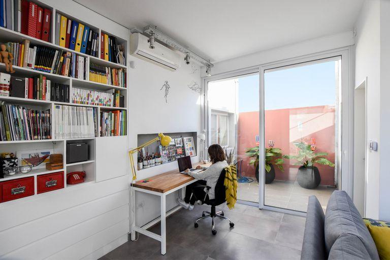 Después de vivir afuera, una arquitecta convirtió un PH antiguo de Bahía Blanca en su casa-estudio