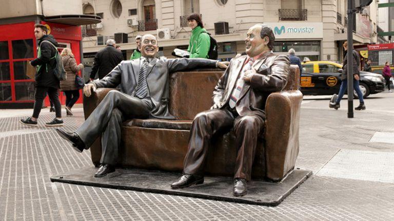 Olmedo y Portales, escultura de Fernando Pugliese en la esquina de la avenida Corrientes y Uruguay