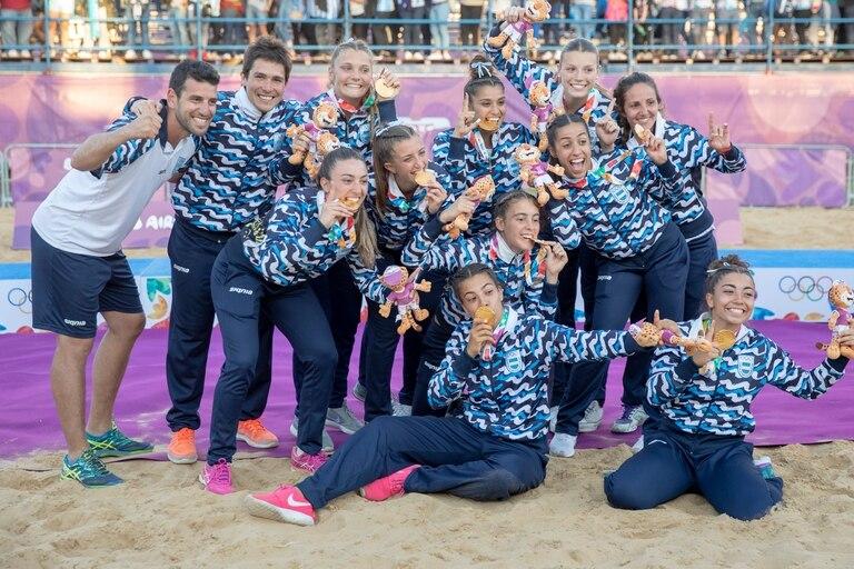 El festejo de las campeonas en el beach handball