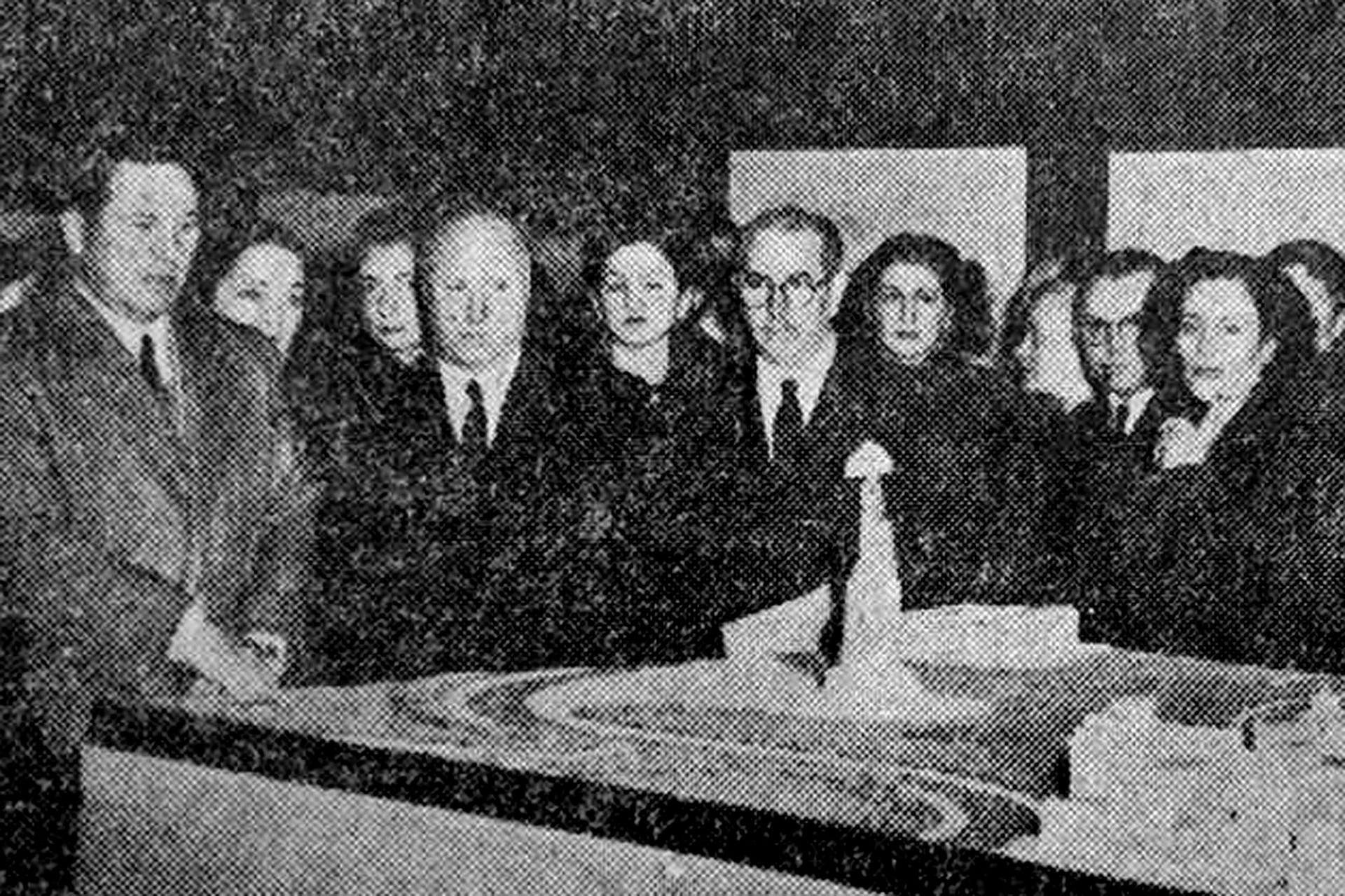 El general Perón frente a la maqueta de la obra. El hombre de lentes es el escultor, Leone Tommasi