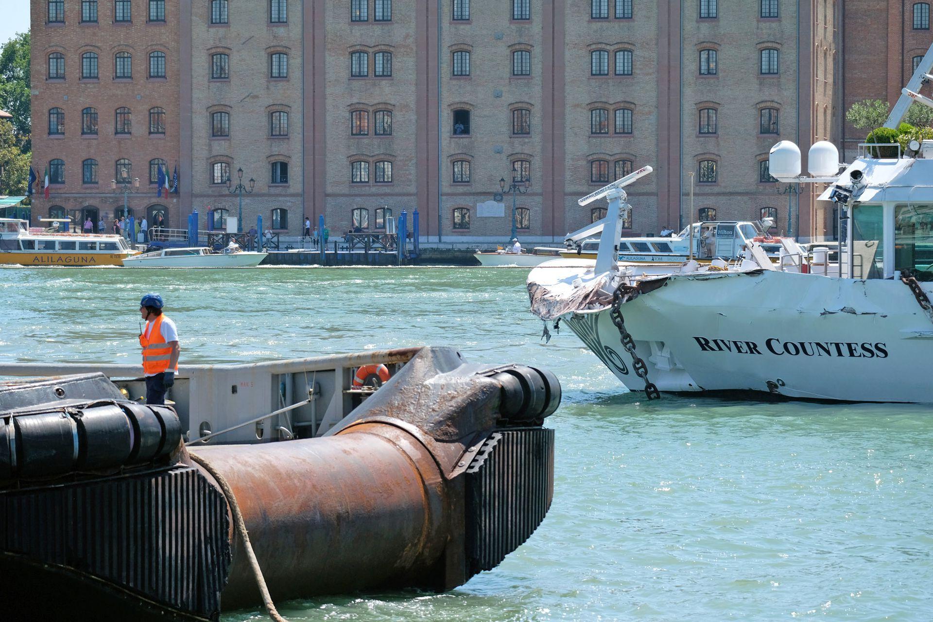 """El pequeño barco turístico """"River Countess"""" quedó seriamente dañado"""
