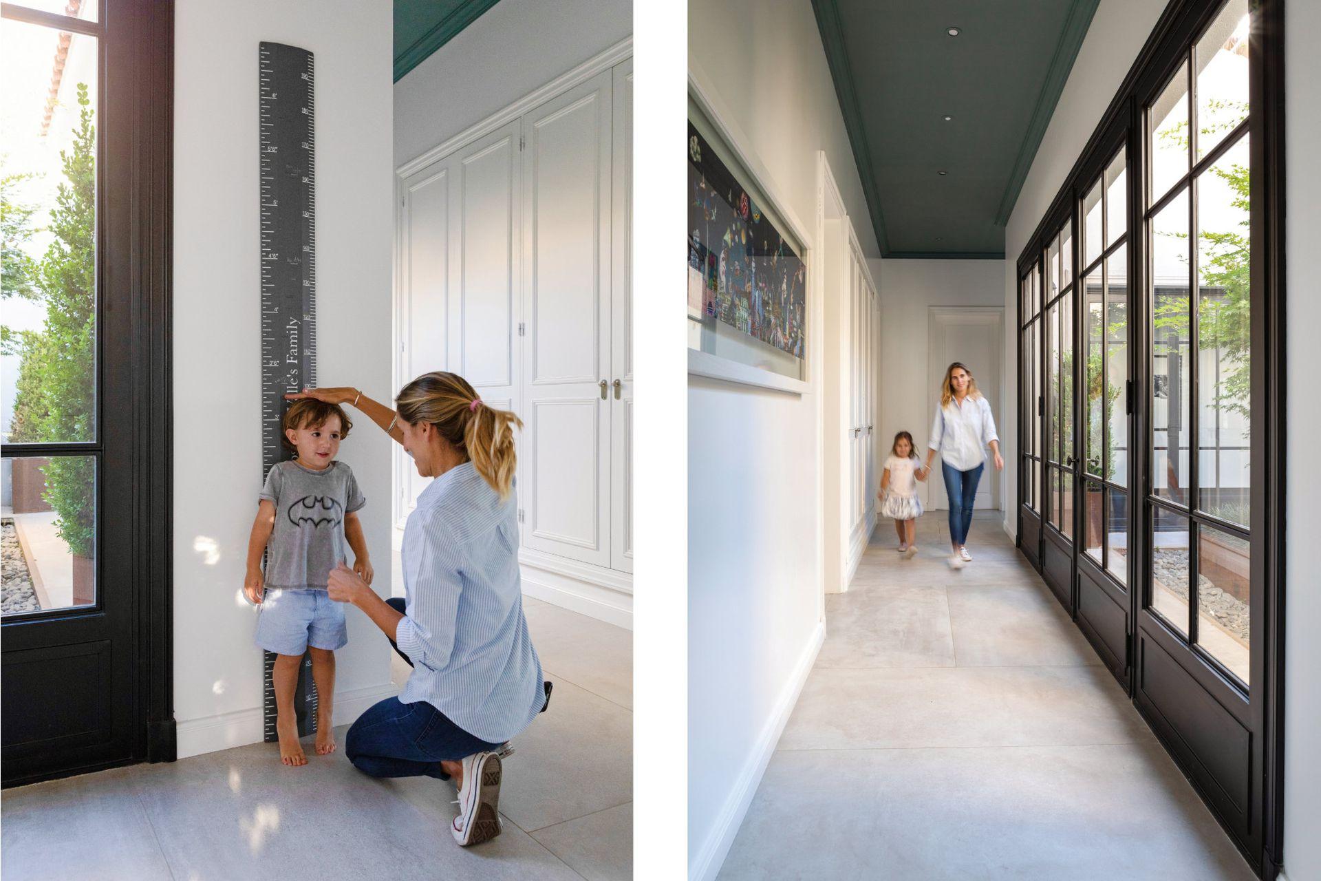 Metro en la pared (The Real Ruler Height Chart Co) y, en la foto de la izquierda, collage de Cecilia Dillon sobre la pared. Las aberturas de hierro son de Del Hierro Design.