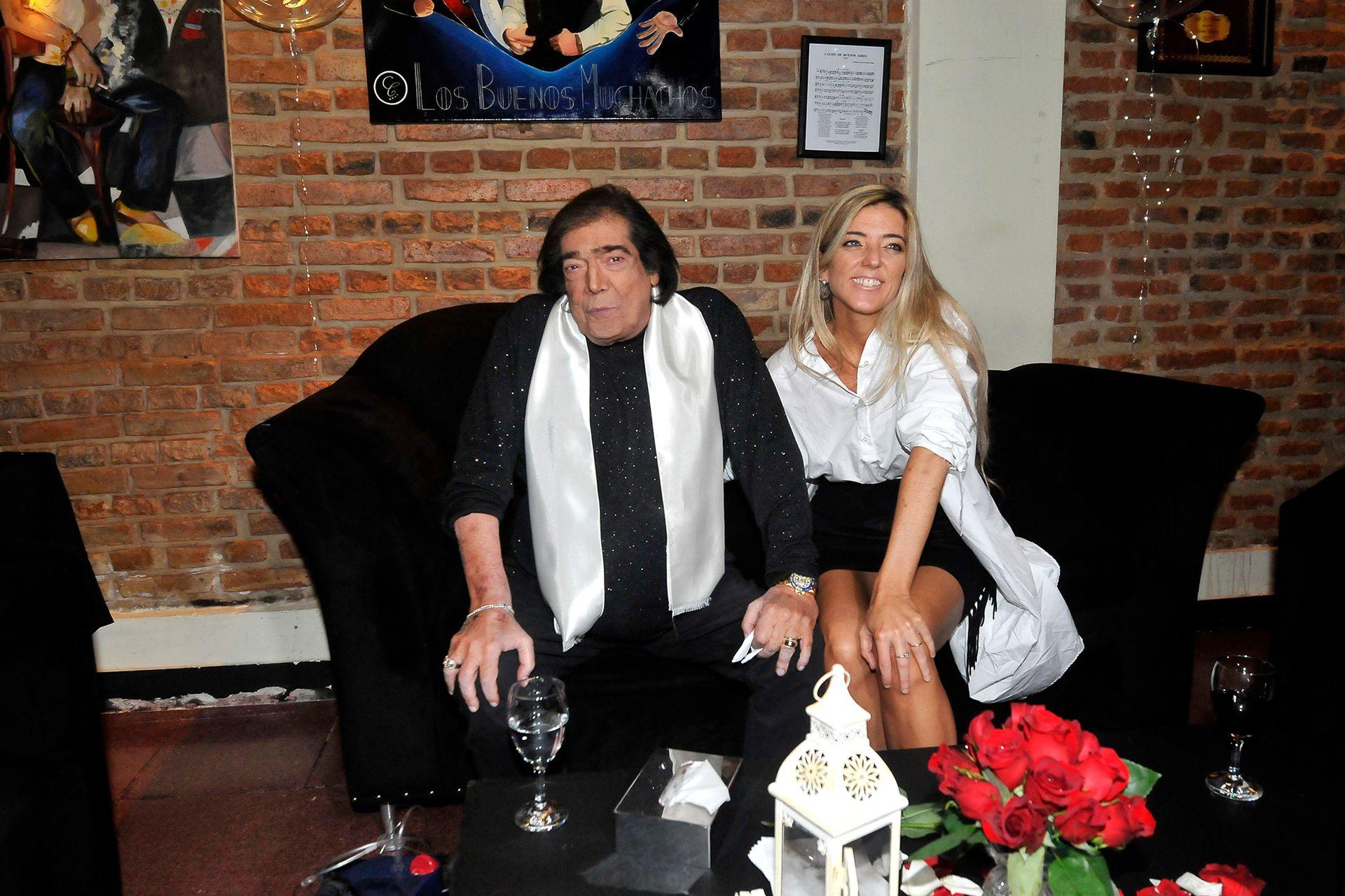 Cacho Castaña cumplió 77 años y lo festejó rodeado de sus afectos; aquí junto a su mujer, Marina Rosenthal