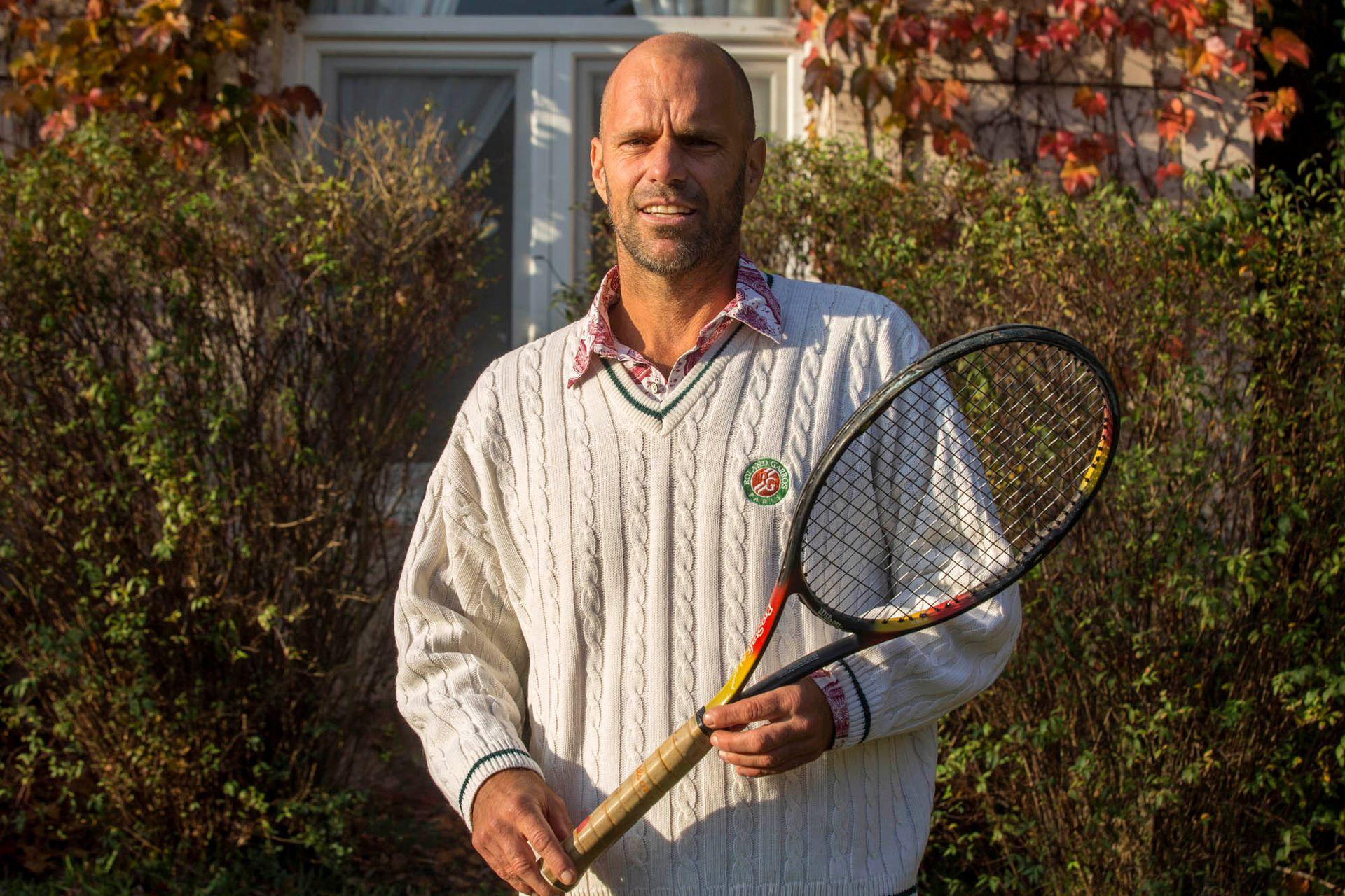 Arnold Ker hoy, con la raqueta que utilizó en 1998 ante Federer