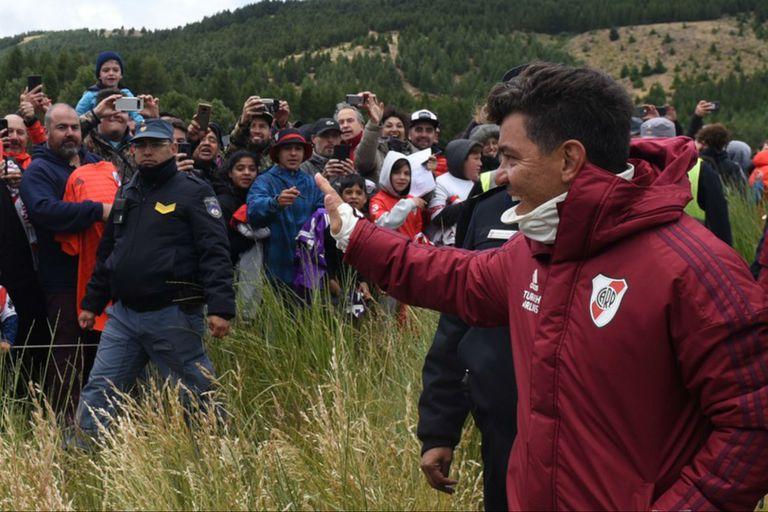 Marcelo Gallardo saluda a los hinchas luego de la práctica de ayer en San Martín de los Andes.