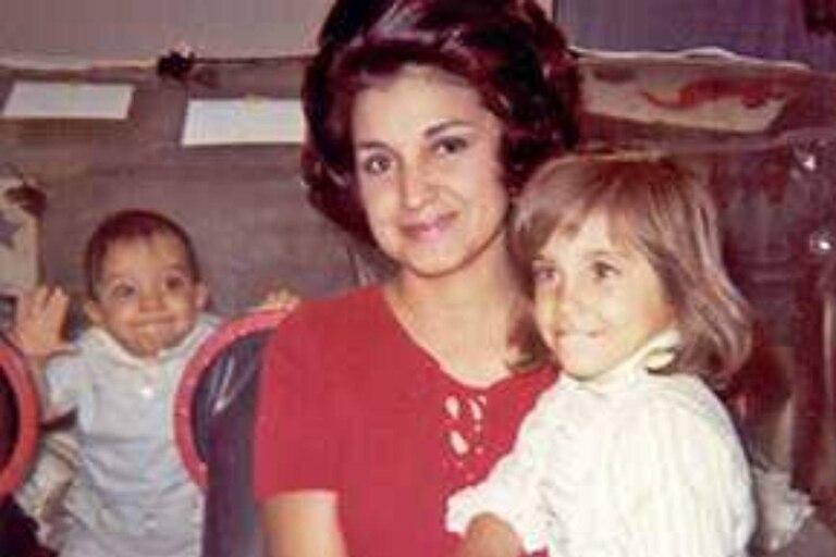 Laura Ann y Katherine, hermana y madre del niño de la burbuja, sonríen para la foto mientras el pequeño David Vetter sonríe detrás de ellas