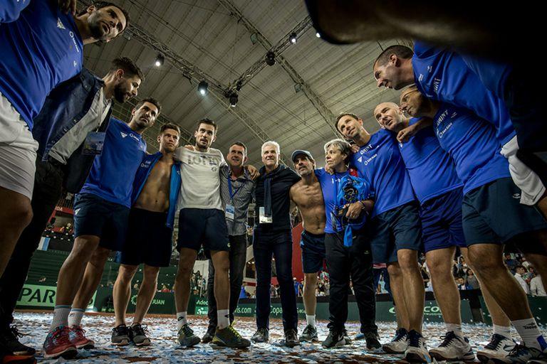 El equipo argentino, con los colaboradores y dirigentes, celebra en la cancha del estadio Cantoni