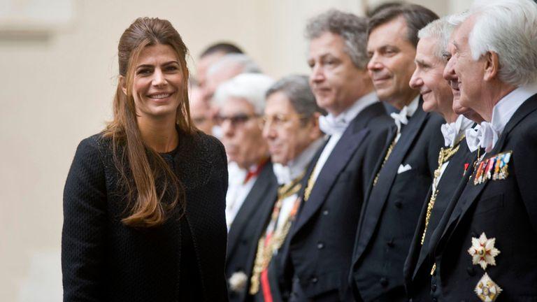 Juliana Awada con look protocolar en su visita al Papa captó las miradas de los presentes