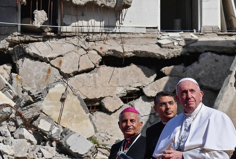 El Papa Francisco, acompañado por el arzobispo católico caldeo de Mosul Najib Michaeel Moussa, cerca de las ruinas de la Iglesia católica siríaca de la Inmaculada Concepción, en Mosul