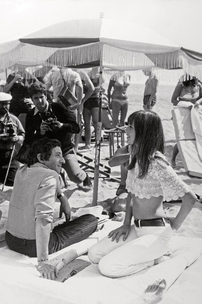 Rodeada de fotógrafos conversa con Serge Gainsbourg en la playa de Cannes, en mayo de 1969.