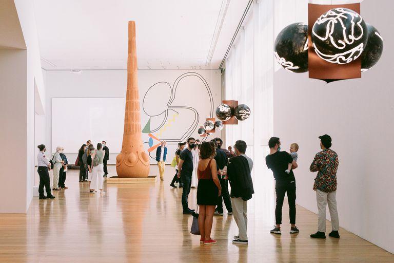 Luchona, escultura de Gabriel Chaile en la muestra Pes de Barro, curada por Chus Martínez y Filipa Ramos en la Galería Municipal do Porto