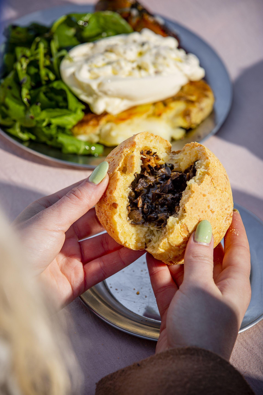 Uno de los platos más pedidos es la chipa rellena, hecha de dos quesos y con un mix de hongos y frutos secos.