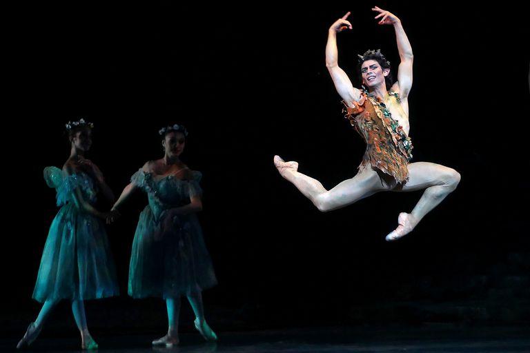 """Cornejo como Puck, efervescente personaje de """"Sueño de una noche de verano"""", un rol emblemático para el bailarín que conjuga virtuosismo, técnica y calidad interpretativa"""