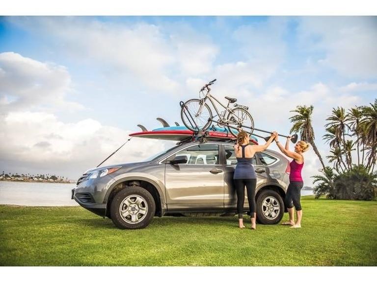 Bicis y tablas de surf. Deben transportarse, según la ley de Tránsito, sin sobrepasar la longitud entre los paragolpes del auto o el SUV