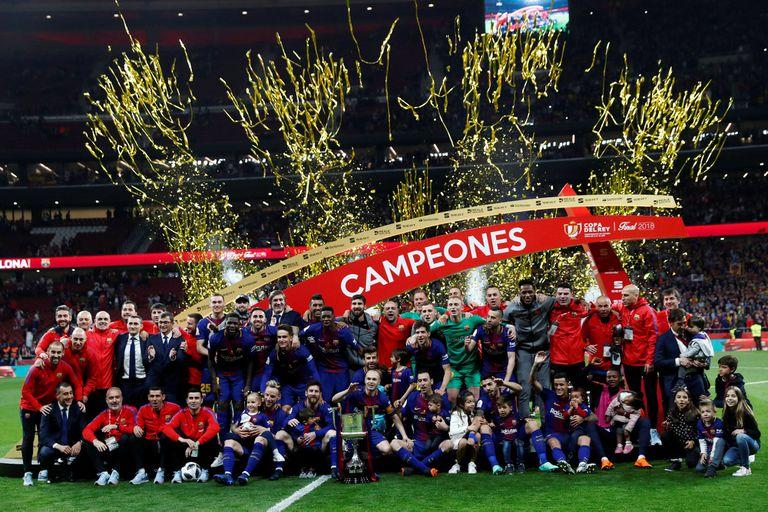 El equipo de Barcelona festeja el campeonato.