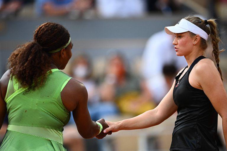 Serena Williams saluda a la kazaja Elena Rybakina, su vencedora en los octavos de final de Roland Garros