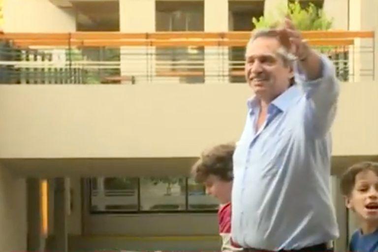 El candidato presidencial del Frente de Todos espera los resultados en el piso donde vive en Puerto Madero