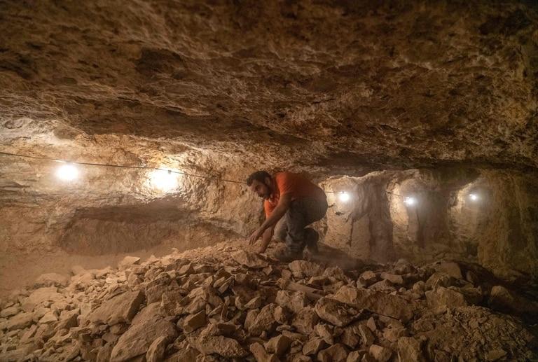 Un arqueólogo trabajando en la cueva del hallazgo