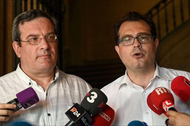 El padre de Lambert junto a su abogado hablan con la prensa luego de conocer la decisión de la Corte de Casación francesa.