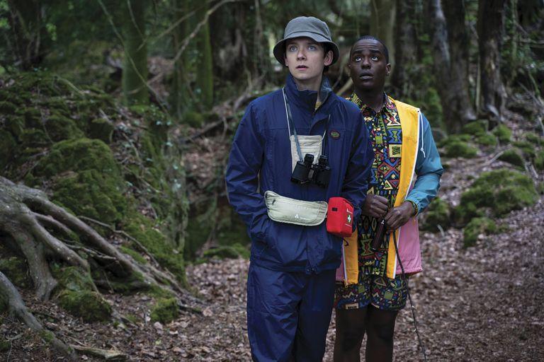 Otis (Asa Butterfield), el consultor sexual de la escuela, junto a Eric (Ncuti Gatwa), su mejor amigo.