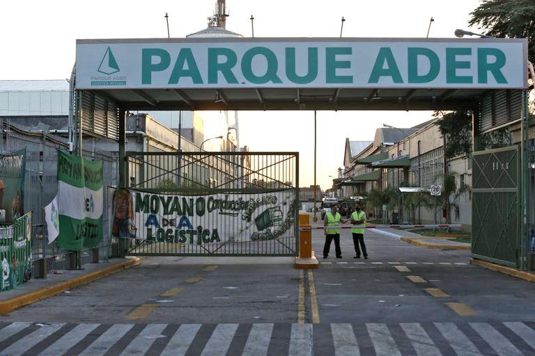 """""""Moyano es la logística"""", reza la bandera en la puerta del centro logístico Parque Ader"""