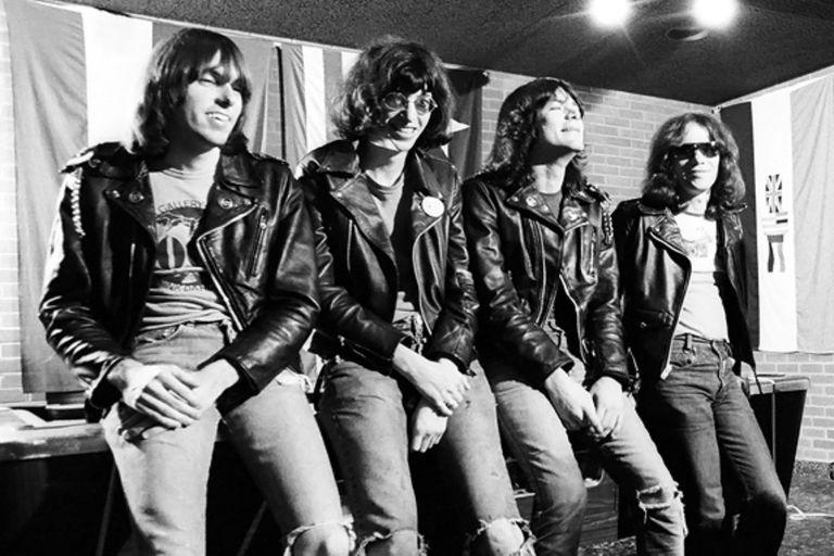 The Ramones posando en el backstage en el Old Waldorf Club en San Francisco, el 31 de enero de 1978.