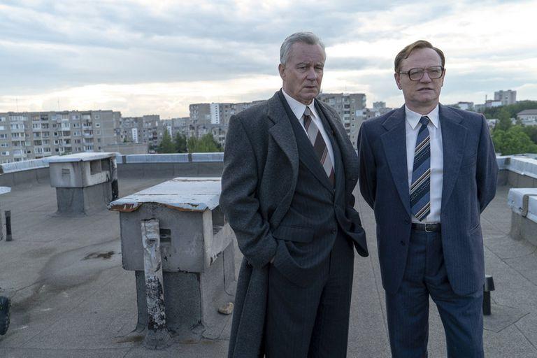 Stellan Skarsgard como Boris Shcherbina y Jared Harris como Valeri Legásov en Chernobyl, una miniserie de HBO