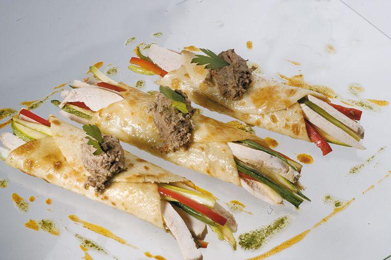 Tacos de pollo y vegetales en masa de crêpes