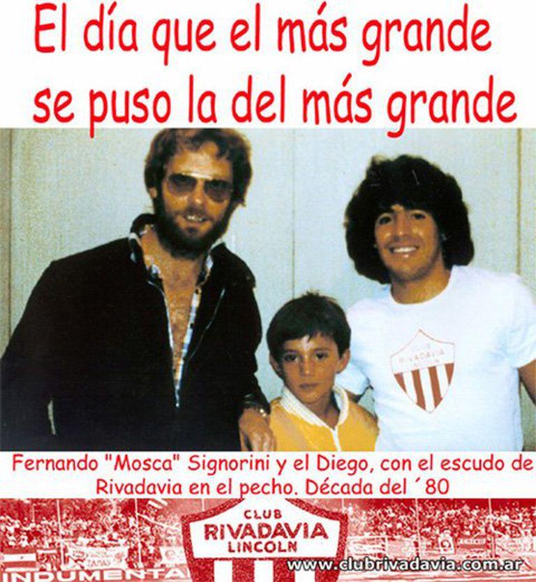 Signorini en los 80, cuando lo apodaban Mosca, poniéndole a Diego la camiseta de su club, Rivadavia de Lincoln