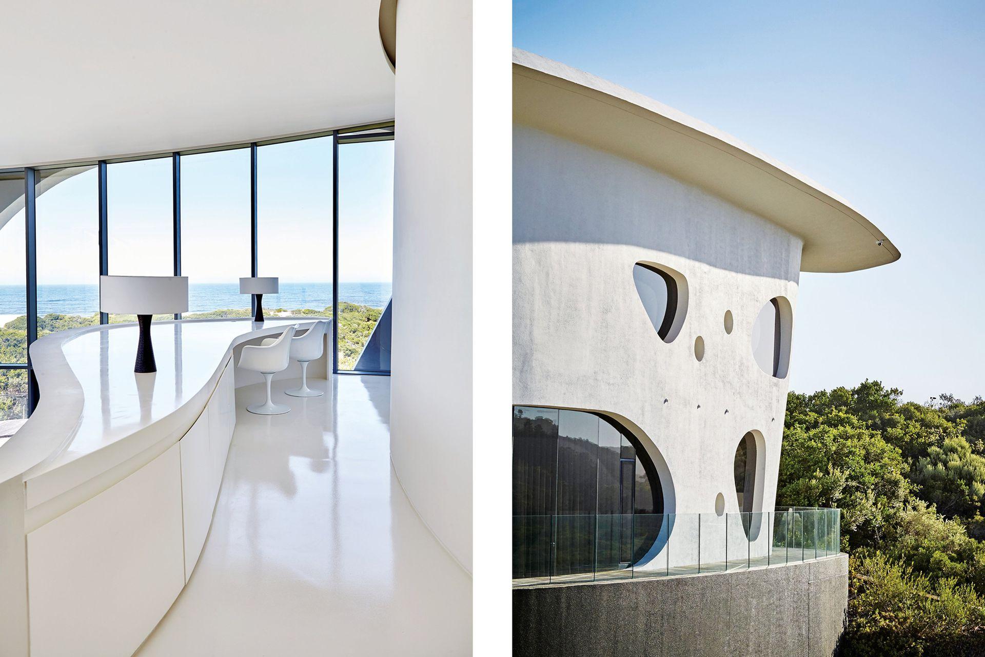 El escritorio del piso superior se hace parte de la arquitectura y ofrece una hermosa vista del mar. Lo acompañan dos sillas 'Tulip'.