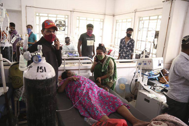 Los pacientes usan cilindros de oxígeno en el hospital después de una fuga en la planta de oxígeno en Nashik, en el estado indio de Maharashtra, el miércoles 21 de abril de 2021. Un administrador local en el oeste de India dice que 22 pacientes murieron en un hospital cuando se interrumpió su suministro de oxígeno por una fuga en un tanque de suministro. El funcionario dice que desde entonces se ha reanudado el suministro de oxígeno a otros pacientes.