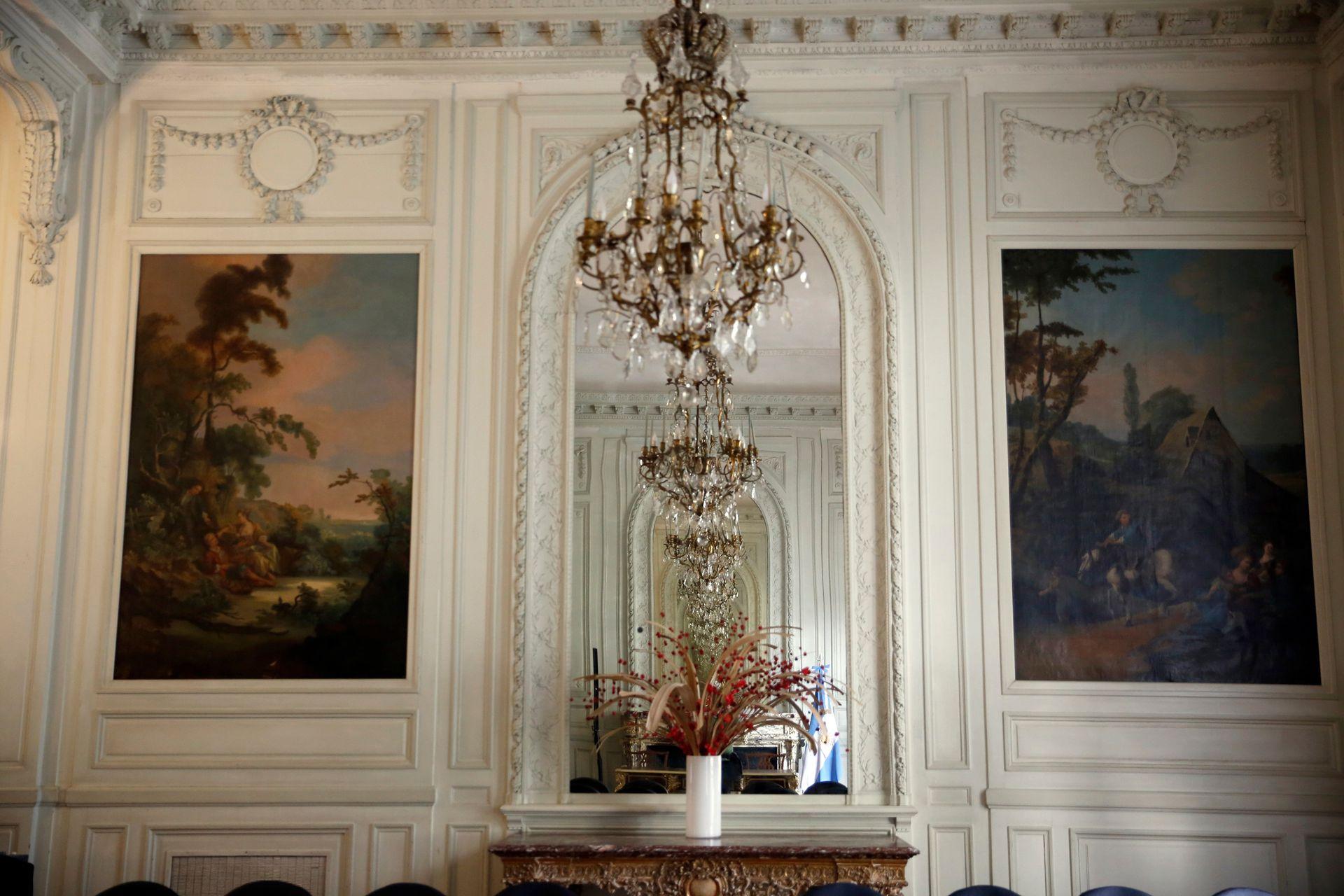 Grandes espejos y pinturas forman parte de la decoración de grandes salones