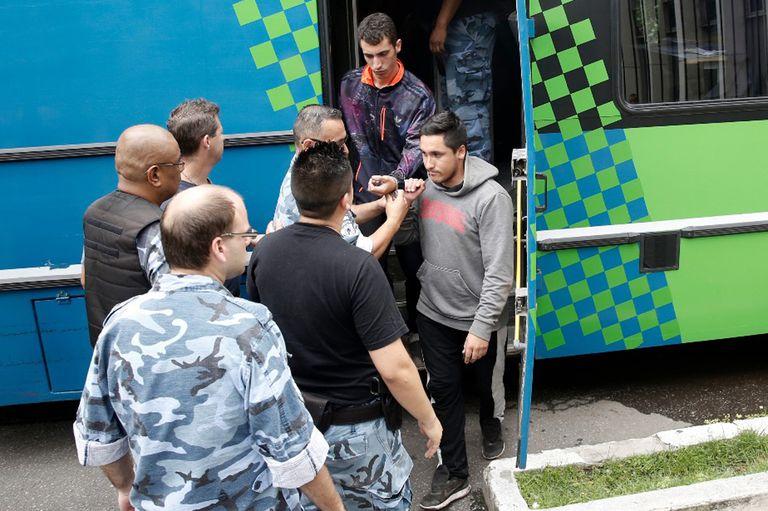 Los cinco jóvenes que abusaron de una menor de 14 años en un camping de Miramar fueron trasladados a los tribunales de Mar del Plata