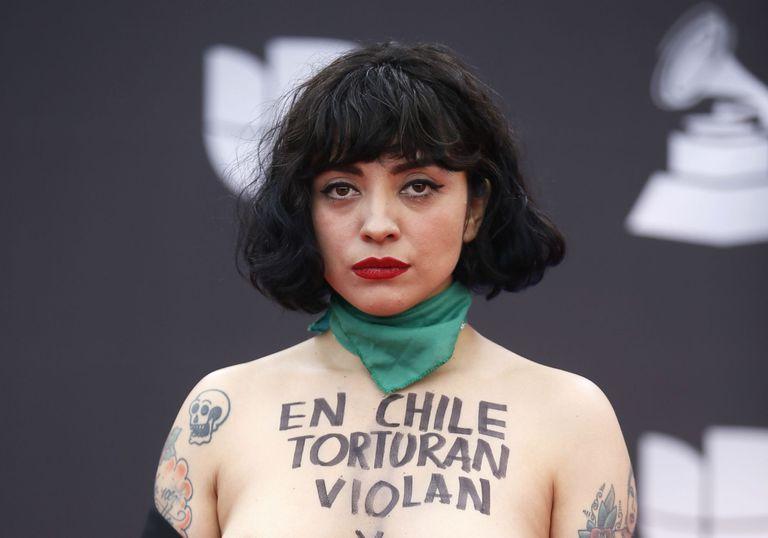 Cómo fue la noche de Mon Laferte, la artista chilena que protestó en los Grammy