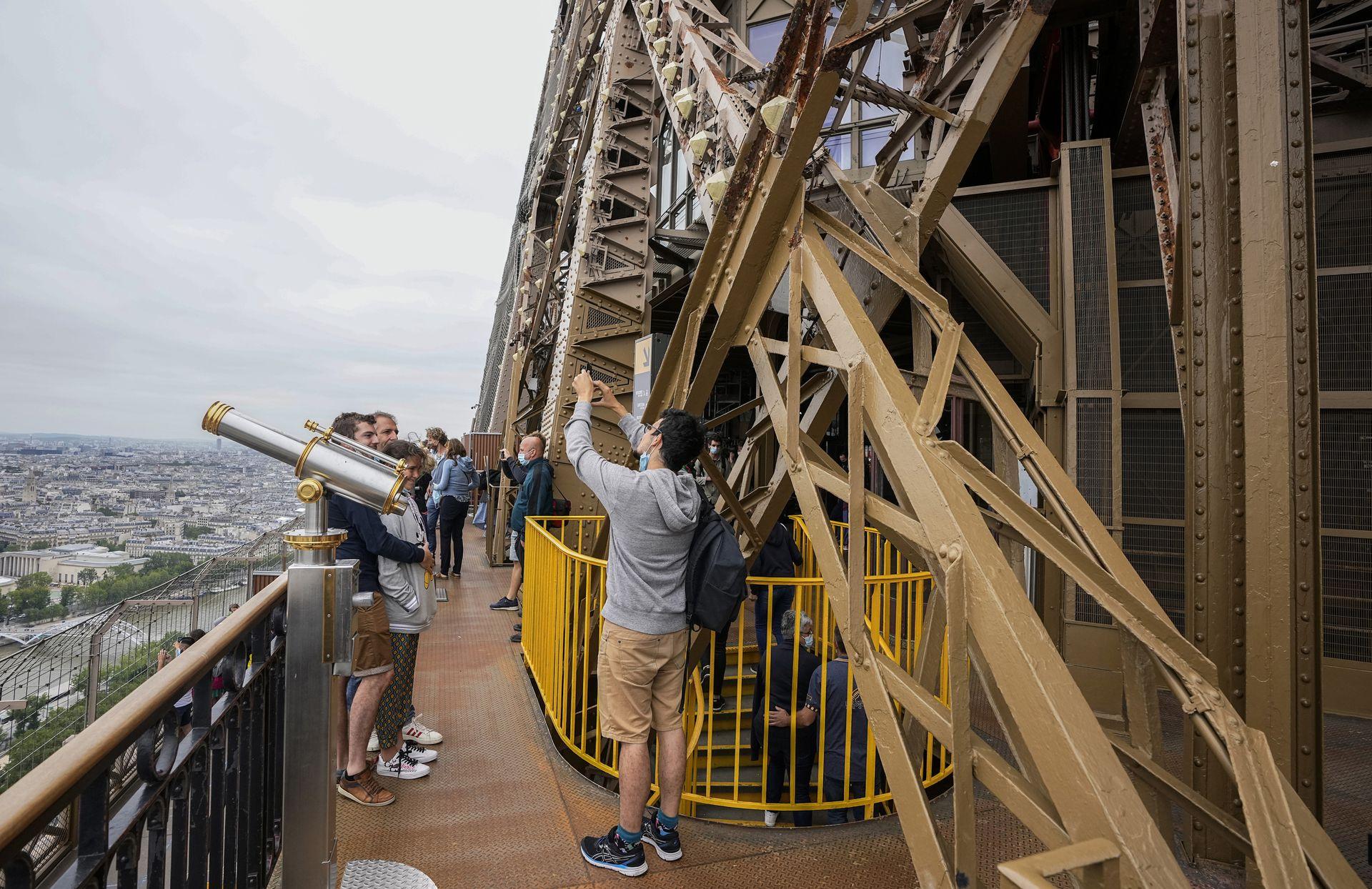 Los visitantes disfrutan de las vistas de la Torre Eiffel en París