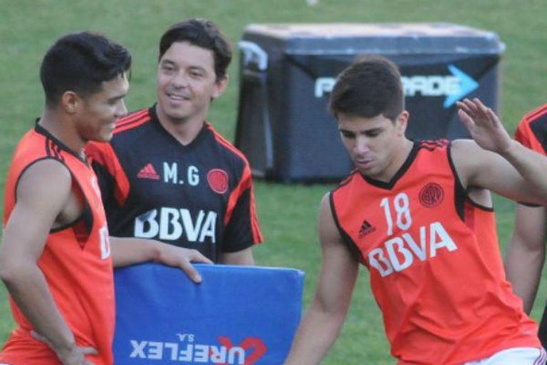 Simeone junto a Teo, su compañero hoy en la Bombonera, y Gallardo