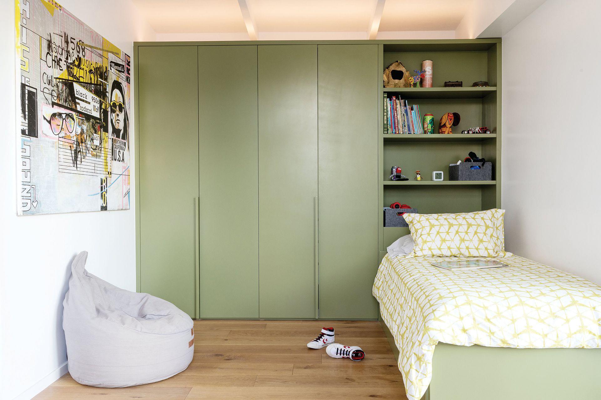 El placard empotrado se transforma en estantería para el guardado de libros y juguetes. Fue pintado en verde 'Edamame' (Sherwin Williams), al igual que la cama, y así unifica el criterio.  Cubrecama a medida (Cuqui Najo).