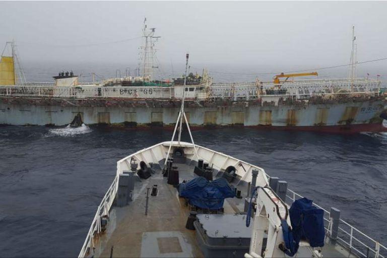 El buque guardacostas al momento de querer abordar al barco de bandera china