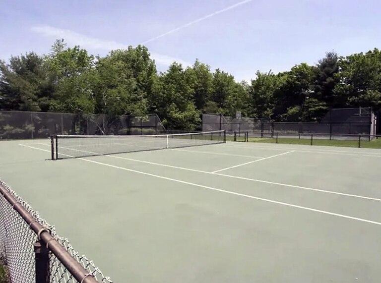 La cancha de tenis en el interior del terreno de la residencia de Lendl. Crédito: The Sun