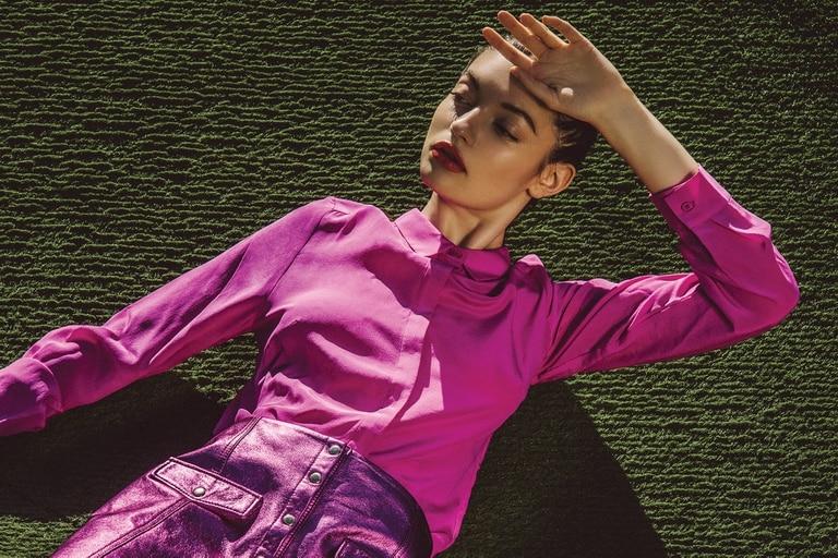 Camisa de seda y falda de cuero metalizada con botones (Las Pepas)