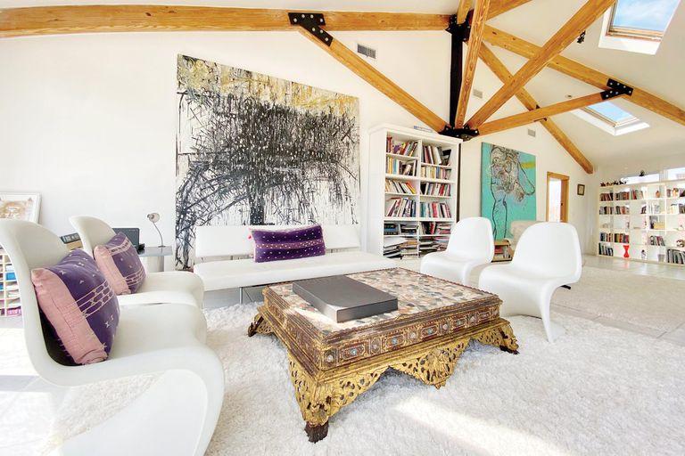Una vista de uno de los tres livings que tiene la casa, en el que se destaca una pintura de la artista norteamericana de origen vietnamita Tammy Nguyen.