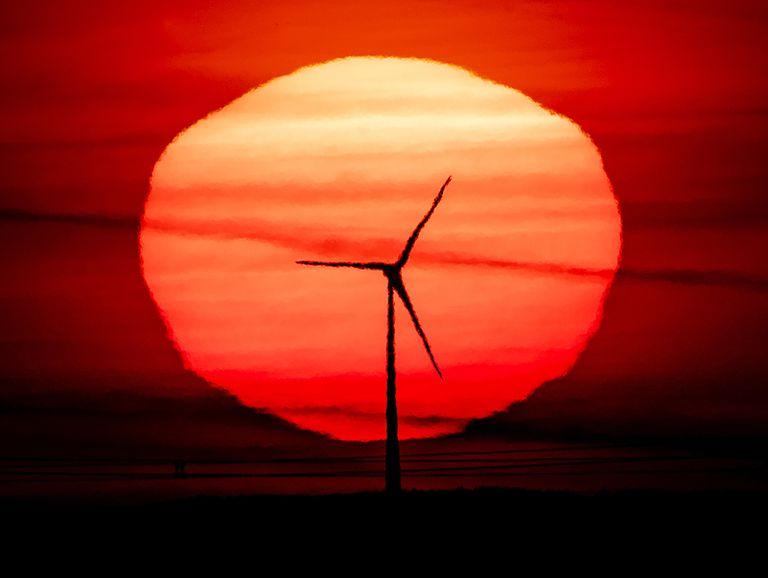 Una turbina eólica en Fráncfort, Alemania, marca el futuro de todo el continente, que apunta a reducir las emisiones contaminantes