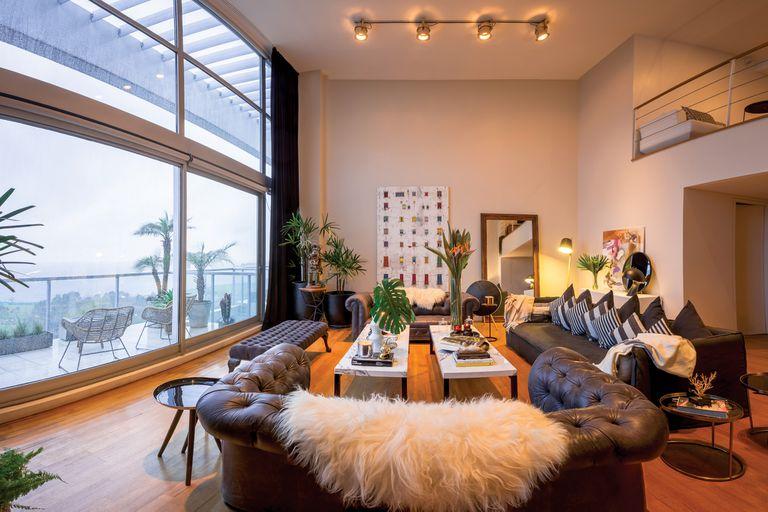 El departamento, de más de trescientos metros cuadrados, está ubicado en el último piso de un desarrollo inmobiliario de Vicente López. En el living, de techos altos y grandes ventanales, se descubren algunos muebles que la modelo rescató de la casa que compartía con su ex en un country de Del Viso.