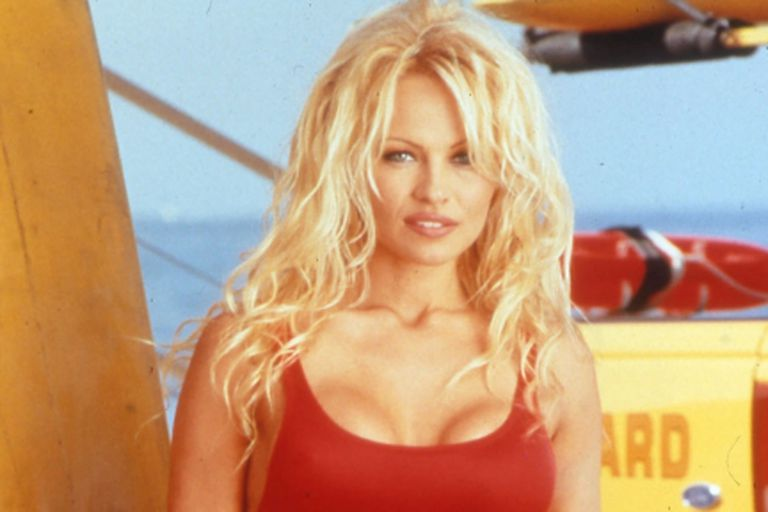 Pamela Anderson dijo que usa su icónica malla roja de Baywatch en sus citas