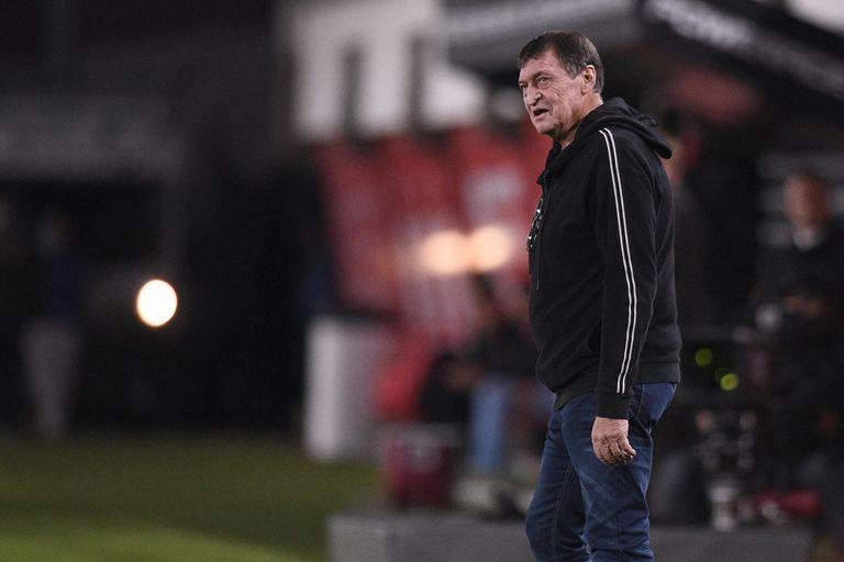 Julio César Falcioni regresó al banco de Independiente ante Estudiantes, tras el fallecimiento de su esposa