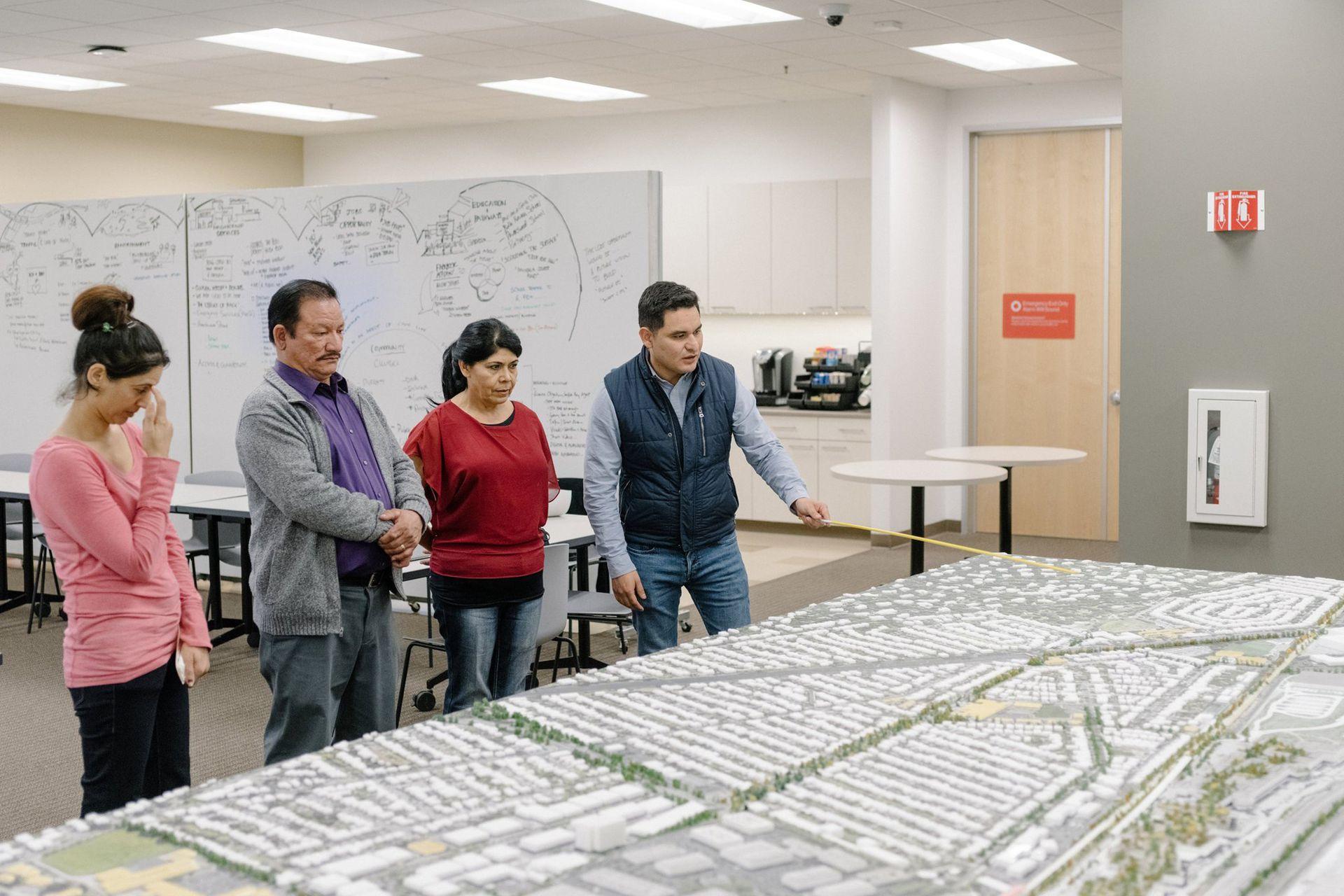 Juan Salazar, manager de políticas públicas de Facebook, presenta el proyecto a comerciantes locales