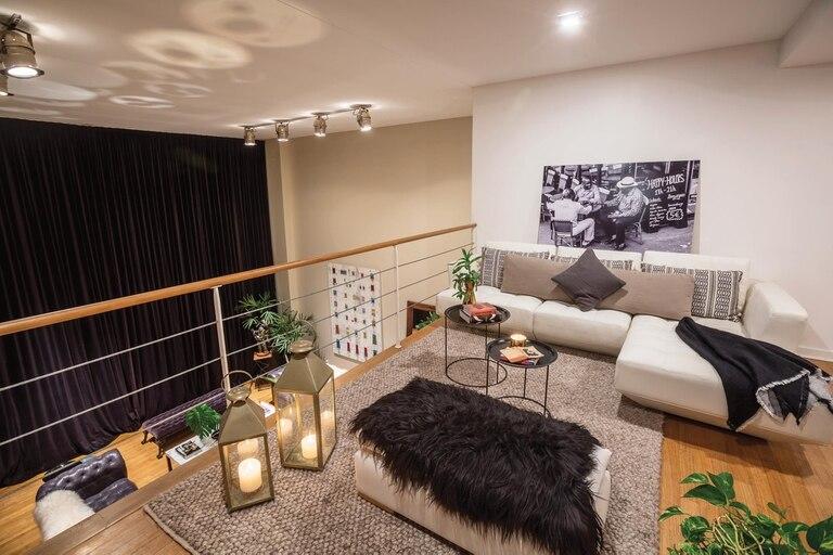 En el segundo piso hay un playroom que tiene acceso a la terraza. Arriba del sillón se luce una fotografía captada por Cony La Greca, íntima de la dueña de casa.